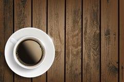 Filiżanka kawy na drewnianym stole Zdjęcia Royalty Free