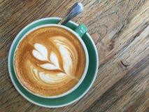 Filiżanka kawy na drewnianym stole Obrazy Stock