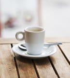 Filiżanka kawy na drewnianym stole Fotografia Royalty Free