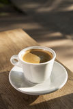 Filiżanka kawy na drewnianym stole Zdjęcia Stock