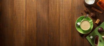 Filiżanka kawy na drewnie Zdjęcie Royalty Free