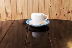 Filiżanka kawy na drewno stole zdjęcie stock
