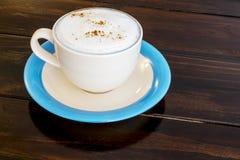 Filiżanka kawy na drewno stole zdjęcia stock