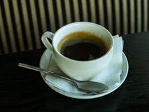 Filiżanka kawy na stole Obraz Royalty Free