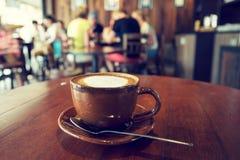Filiżanka kawy na stole w kawiarni, Obraz Stock