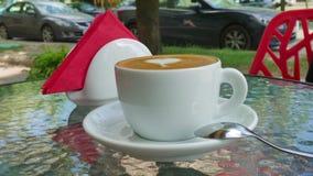 Filiżanka kawy na szklanym stole zbiory wideo