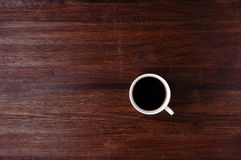 Filiżanka kawy na zmroku stole Fotografia Royalty Free