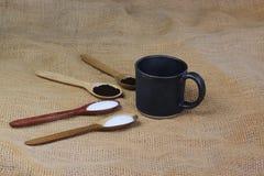fili?anka kawy obok drewnianych ?y?ek z kaw? i cukierem zdjęcie royalty free
