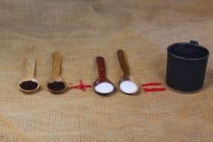 fili?anka kawy obok drewnianych ?y?ek z kaw? i cukierem fotografia royalty free