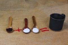 fili?anka kawy obok drewnianych ?y?ek z kaw? i cukierem zdjęcie stock