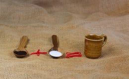 fili?anka kawy obok drewnianych ?y?ek z kaw? i cukierem zdjęcia stock