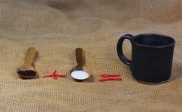 fili?anka kawy obok drewnianych ?y?ek z kaw? i cukierem obraz stock