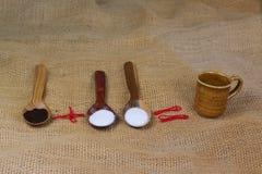 fili?anka kawy obok drewnianych ?y?ek z kawowego i cukrowego latte t?a sto?u mleka bia?ym gor?cym cappuccino obrazy royalty free