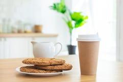 Fili?anka kawy oddaleni i cukrowi ciastka w kuchni z ?wiat?em s?onecznym zdjęcia royalty free
