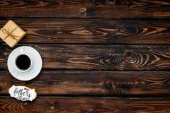 Fili?anka kawy, prezent i kopia dla Szcz??liwego dzie? ojca przyj?cia na drewnianej t?o odg?rnego widoku kopii przestrzeni, zdjęcie royalty free