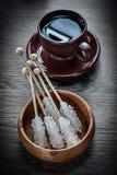 Filiżanka kawy spodeczka pucharu cukier wtyka na drewnianej desce Obrazy Stock