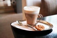 Filiżanka kawy z ciastkiem Zdjęcia Royalty Free
