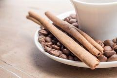 Filiżanka kawy z cynamonem i fasolami zdjęcia royalty free