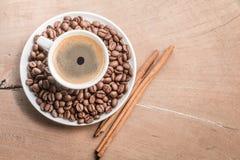 Filiżanka kawy z cynamonem i fasolami zdjęcia stock