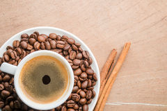Filiżanka kawy z cynamonem i fasolami obraz royalty free