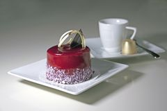 Filiżanka kawy z deserem na tle, truskawka obraz royalty free