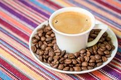Filiżanka kawy z fasolami obraz stock