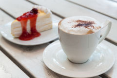 Filiżanka kawy z krepa tortem Fotografia Royalty Free