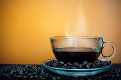 Filiżanka kawy z oparem na brown tle Obraz Royalty Free