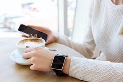 Filiżanka kawy, zegarek i telefon komórkowy, Zdjęcie Royalty Free