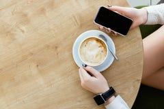 Filiżanka kawy, zegarek i telefon komórkowy, Zdjęcie Stock