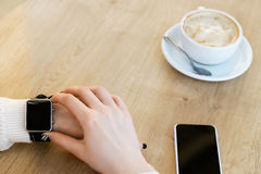 Filiżanka kawy, zegarek i telefon komórkowy, Obraz Royalty Free