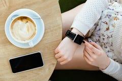 Filiżanka kawy, zegarek i telefon komórkowy, Obrazy Royalty Free