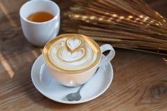Filiżanka latte herbata na drewno stole i kawa Zdjęcie Stock