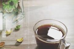 Filiżanka lub herbata, szklanej wazy kwiatu susi ziele na drewnianym stole, Zdjęcia Royalty Free