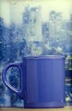 Filiżanka na deszczowym dniu przed okno Fotografia Stock