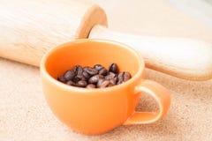 Filiżanka pieczona kawowa fasola i rolownik Obraz Royalty Free