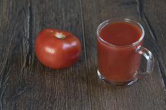 Filiżanka pomidorowy sok i pomidor Zdjęcia Royalty Free