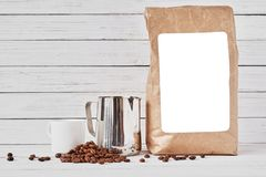 Fili?anka, rzemios?o papierowa torba i nierdzewny miotacz, zdjęcie royalty free