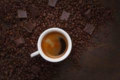 filiżanka white czekoladki ziaren kawy Zdjęcia Royalty Free