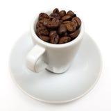 Filiżanka z kawowymi fasolami Zdjęcia Royalty Free