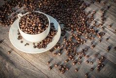 Filiżanka z kawowymi fasolami Zdjęcie Royalty Free