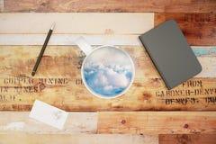 Filiżanka z niebem, chmury i pusta dzienniczek pokrywa Obrazy Royalty Free