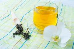 Filiżanka zielona herbata na zielonej pielusze Obrazy Royalty Free