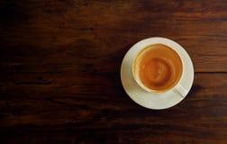 fili?anki drewniany sto?owy Skończony Latte lub Cappuccino zdjęcia royalty free