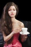 filiżanki drinkig damy wp8lywy herbata Obraz Royalty Free