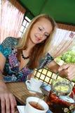 filiżanki dziewczyna nalewa herbaty Zdjęcie Royalty Free