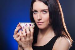 filiżanki dziewczyny mienia herbata Zdjęcie Royalty Free