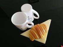 Filiżanki i croissant Zdjęcia Royalty Free