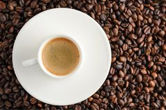 filiżanki kawa espresso na kawowych fasoli backgroun Odgórny widok Obrazy Stock