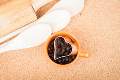 Filiżanki kawy fasola i ciastko krajacz Obrazy Stock
